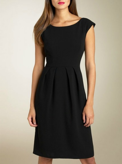 Классическое платье-футляр представляет собой платье облегающего силуэта, особого кроя без горизонтального шва на