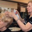 Božena Kapisoda, banjalučka frizerka ovim zanatom se bavi 55 godina. Danas, iako je u penziji, u frizerski salon, u centru Banjaluke, koji nosi njeno ime, redovno dolazi zbog svojih višedecenijskih mušterija, te da s kćerkama koje su naslijedile njen posao, podijeli pokoji savjet.  ( Miomir Jakovljevic - Anadolu Ajansı )