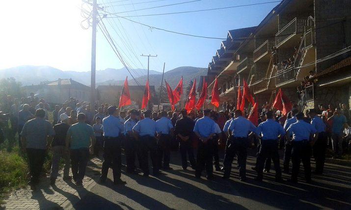 Suva Reka, 28. avgusta 2016. - Albanci iz Musutista, opstina Suva Reka na Kosovu, sukobili su se sa policijom kada su jutros blokirali put koji vodi prema ovom selu, a kojim je trebalo da prodju proterani i raseljeni Srbi. FOTO TANJUG/ ZELJKO TVRDISIC/ bk