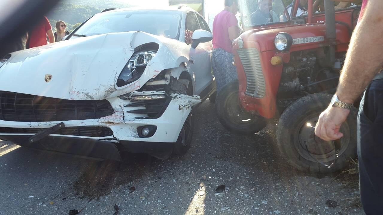 Neobična saobraćajna nesreća: Porsche se sudario s traktorom! (Foto)