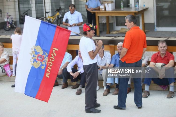 Građani sa ruskim zastavama dočekuju Lavrova u Banjaluci (Foto)