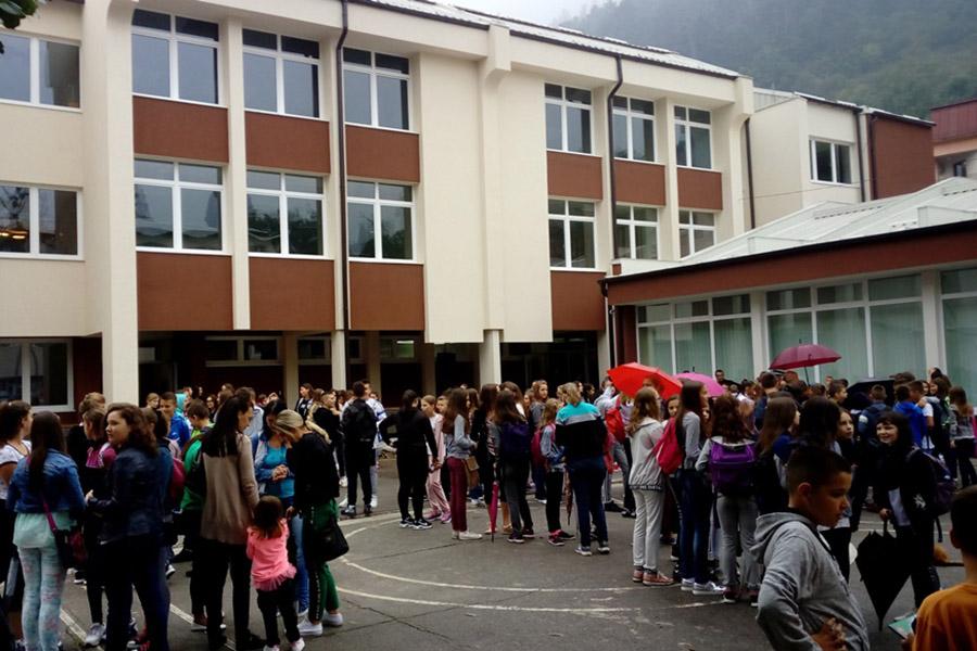 Policija istražuje prijavu o napada na učenicu u toaletu osnovne škole