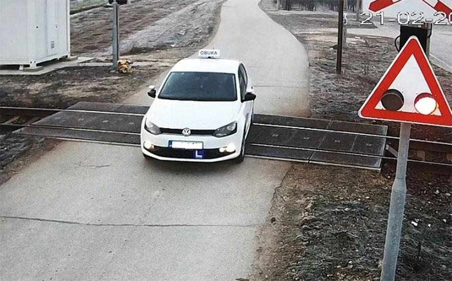 Neodgovorni vozači u BiH prelaze prugu uprkos upaljenoj signalizaciji (Video)