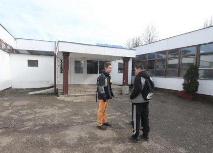 školi